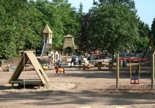 avontuurlijke speeltuin in het park in de buurt van de sure rosport