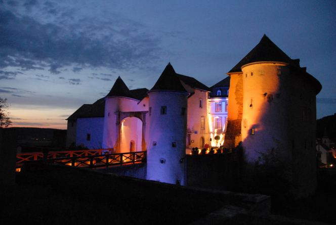bourglinster castle exterior nocturnal photo 01