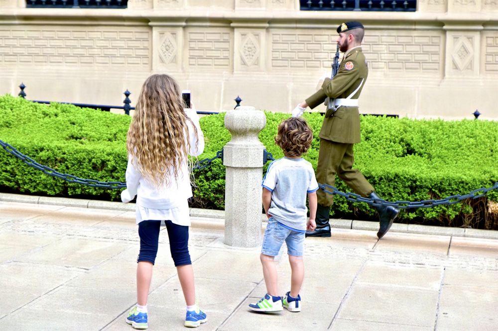 garde palais grand ducal enfants gardien roman scho nfeld lft