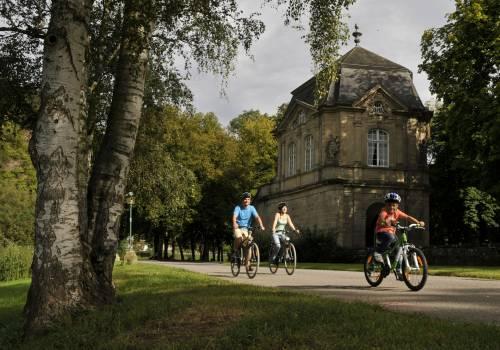 pavillon echternach mit radfahrern