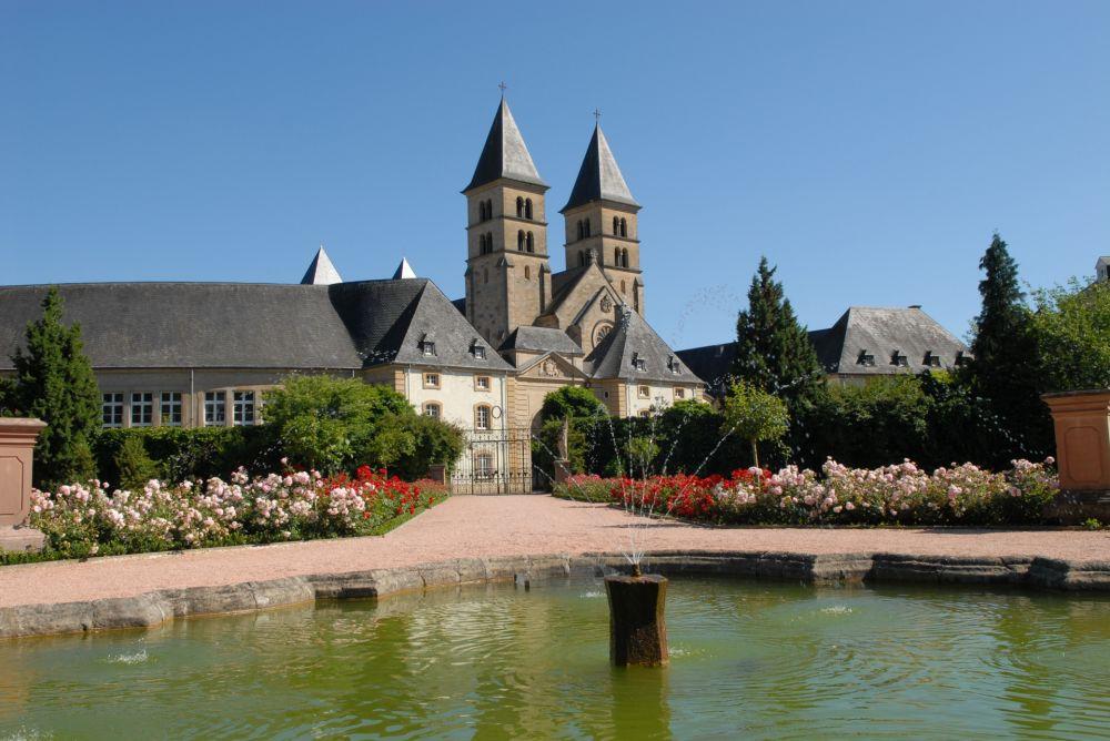municipal park with the gardens of echternach abbey 03