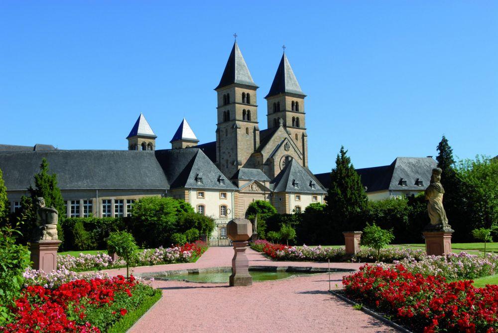 municipal park with the gardens of echternach abbey 01